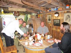 Ruben serverar surströmming på Ulvö Lilla Salteri